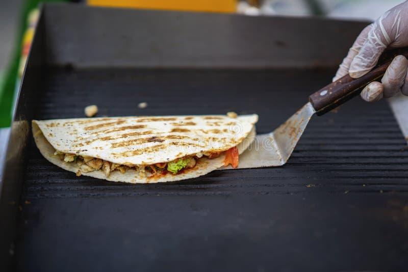 Mains de cuisinier préparant l'enveloppe de fajita avec de la salade de boeuf, de poulet et végétale Nourriture mexicaine r?cepti photos libres de droits