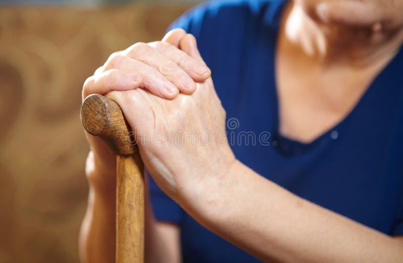 Mains de dame âgée avec la canne images libres de droits