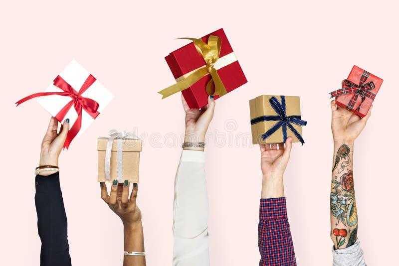 Mains de diversité tenant des cadeaux ensemble illustration de vecteur