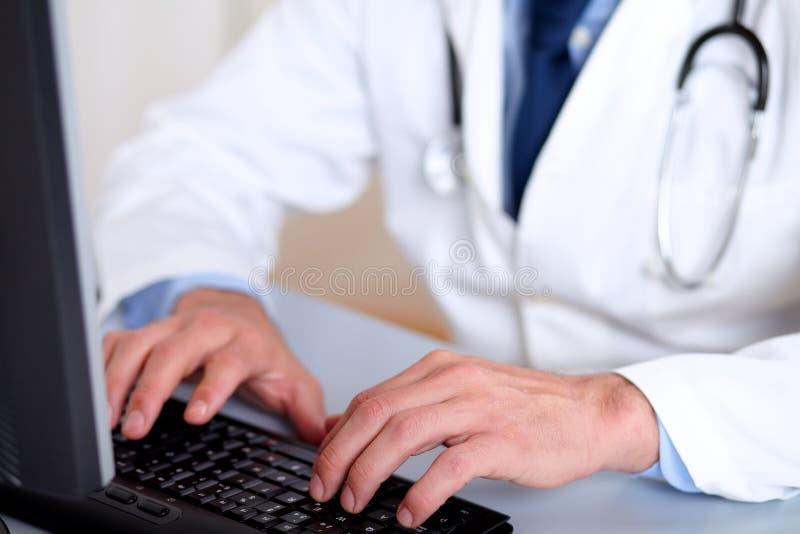 Mains de docteur de professionnels travaillant sur l'ordinateur photographie stock libre de droits