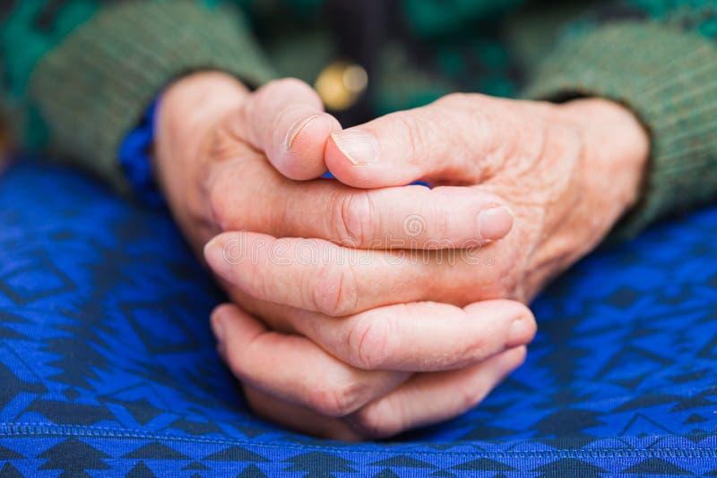 Mains de femme agée photo libre de droits
