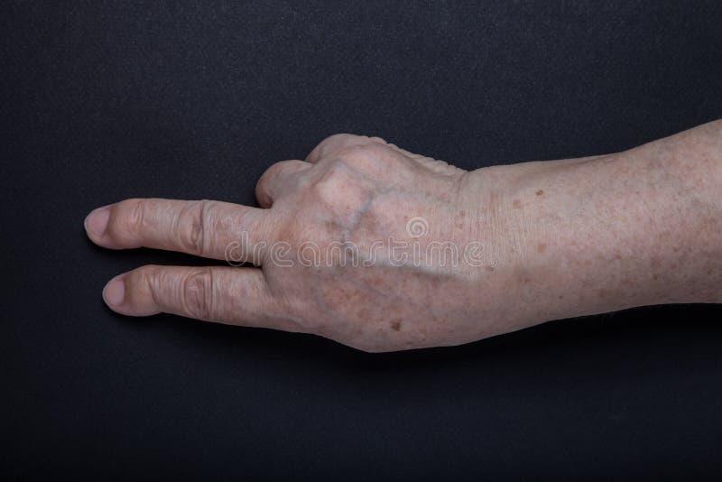 Download Mains De Femme Agée Sur Le Fond Noir Photo stock - Image du geste, santé: 77151326