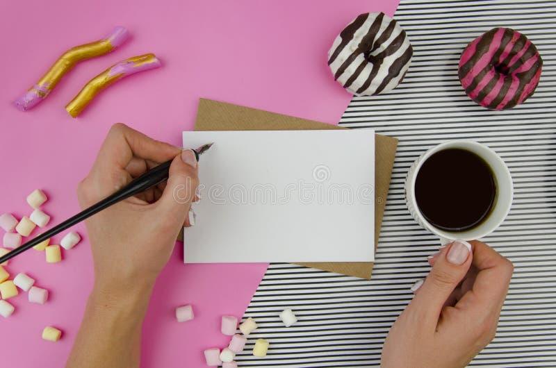 Mains de femme avec la lettre romantique Vue supérieure, flatlay Calibre de maquette Butées toriques romantiques de motif, de thé photo stock