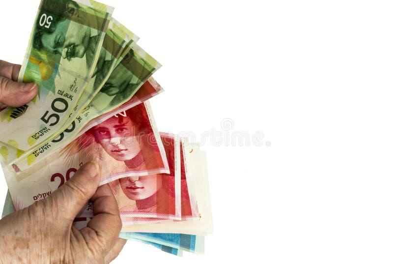 Mains de femme comptant les billets de banque israéliens de shekel D'isolement sur le blanc photo stock