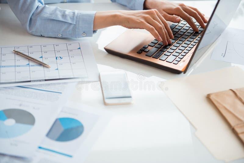 Mains de femme d'affaires introduisant au clavier l'ordinateur portable images libres de droits