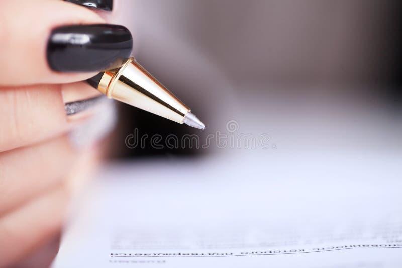 Mains de femme d'affaires signant le document de contrat image libre de droits