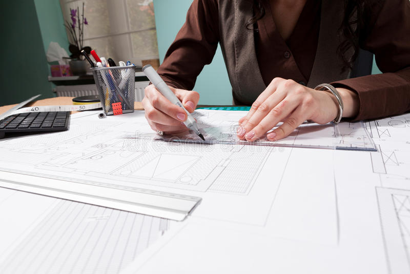 Mains de femme d'architecte travaillant aux modèles image libre de droits