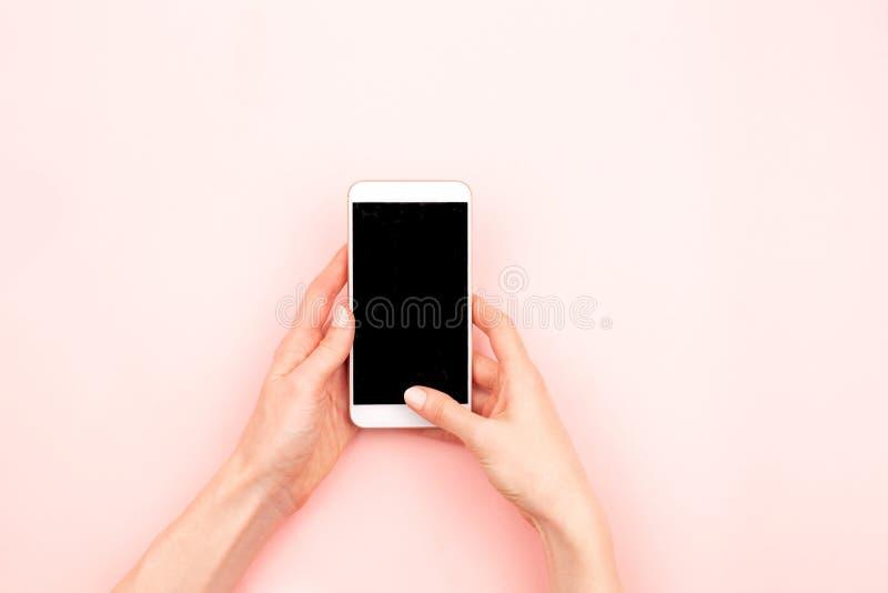 Mains de femme et un smartphone images libres de droits