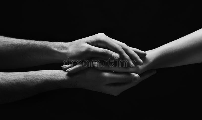 Mains de femme protégeant la femme minuscule contre des problèmes photo libre de droits