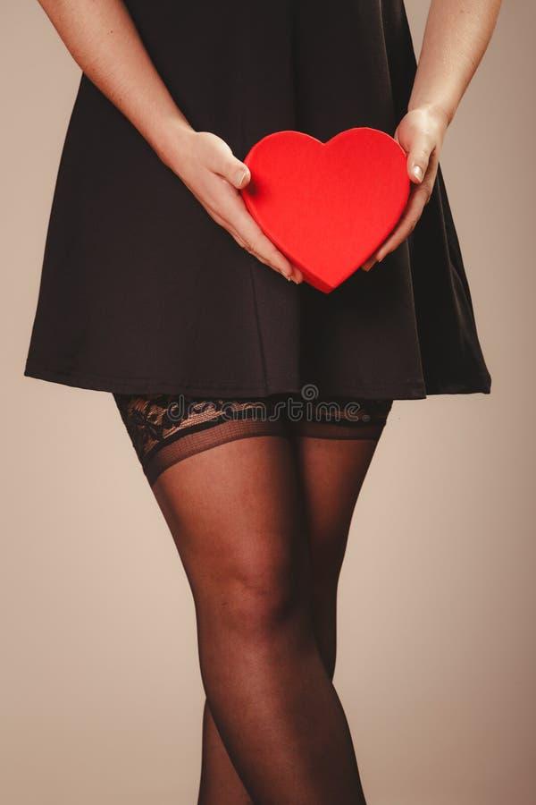 Mains de femme tenant le coeur photographie stock libre de droits