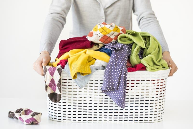 Mains de femme tenant le panier de blanchisserie images stock