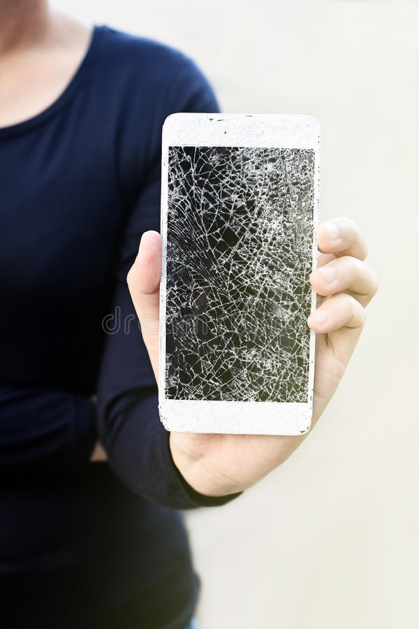 Mains de femme tenant le smartphone cassé photos libres de droits