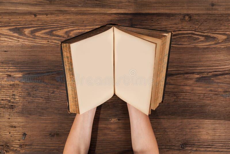 Mains de femme tenant le vieux livre vide images libres de droits