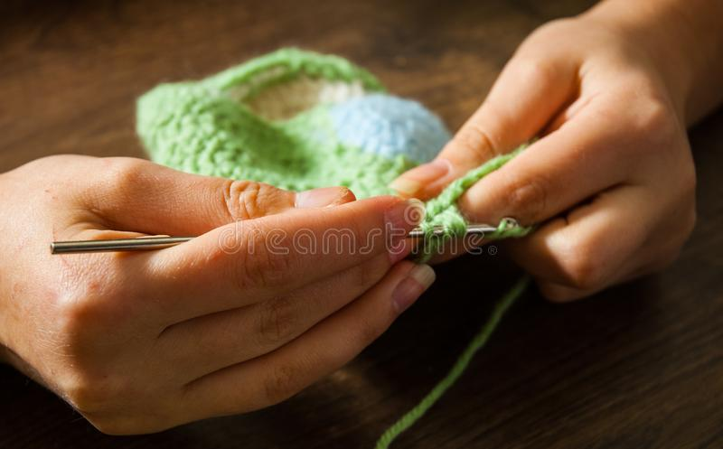 Mains de femme tricotant avec le crochet de crochet image libre de droits