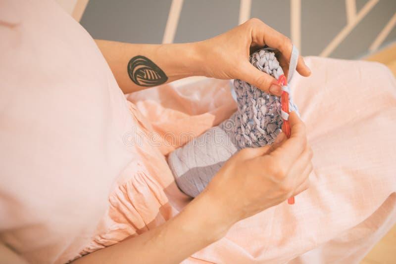 Mains de femme tricotant le crochet le passe-temps ouvre des choses Vue supérieure Composition horizontale photographie stock libre de droits