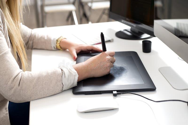 Mains de femme utilisant une tablette graphique photos libres de droits