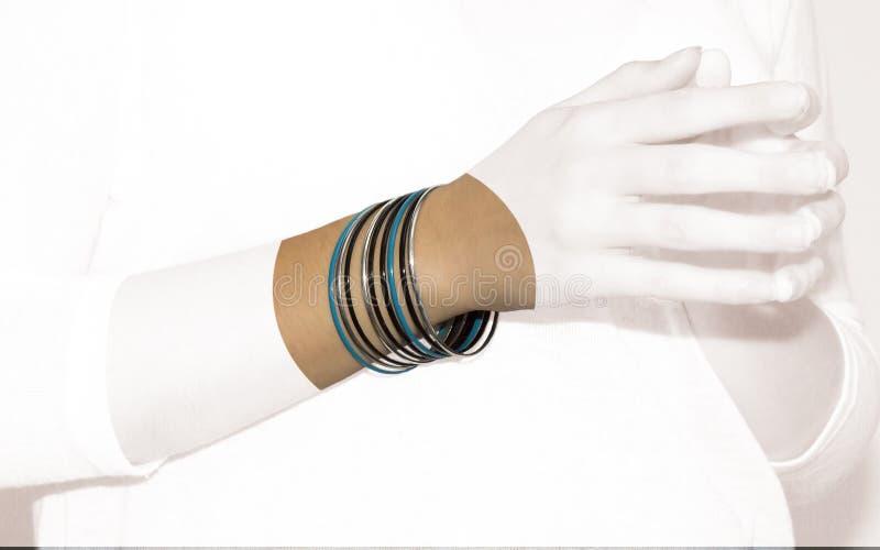 Mains de fille avec des bijoux images stock
