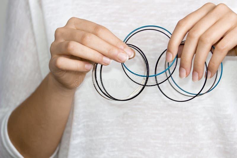 Mains de fille avec des bijoux image libre de droits