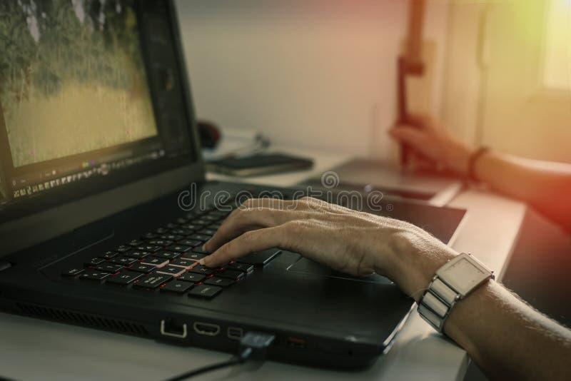 Mains de fille fonctionnant avec l'ordinateur images stock