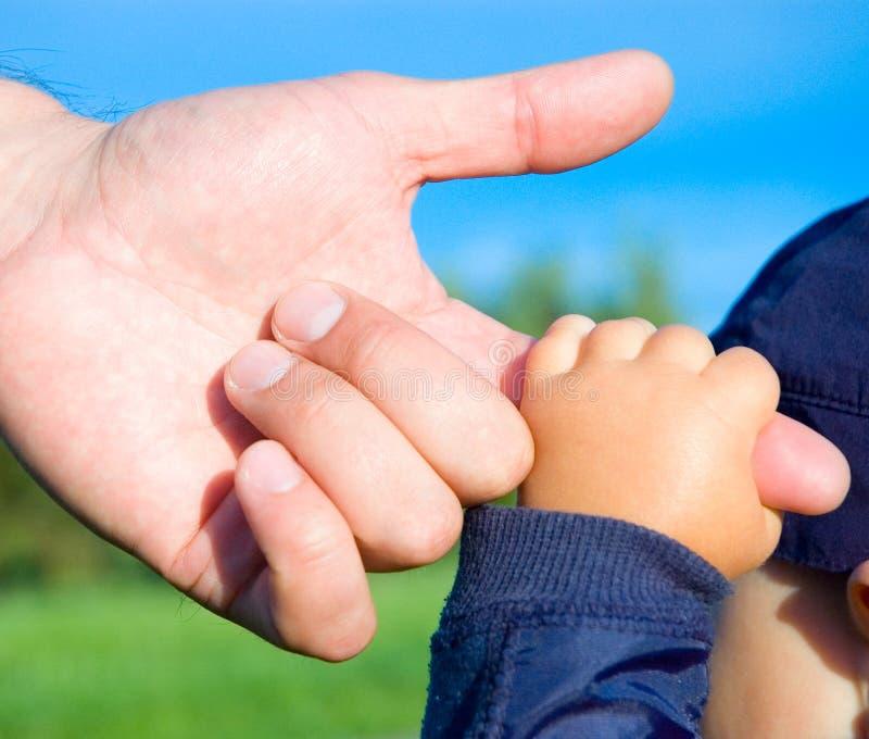 Mains de fils et de père d'enfant photo libre de droits