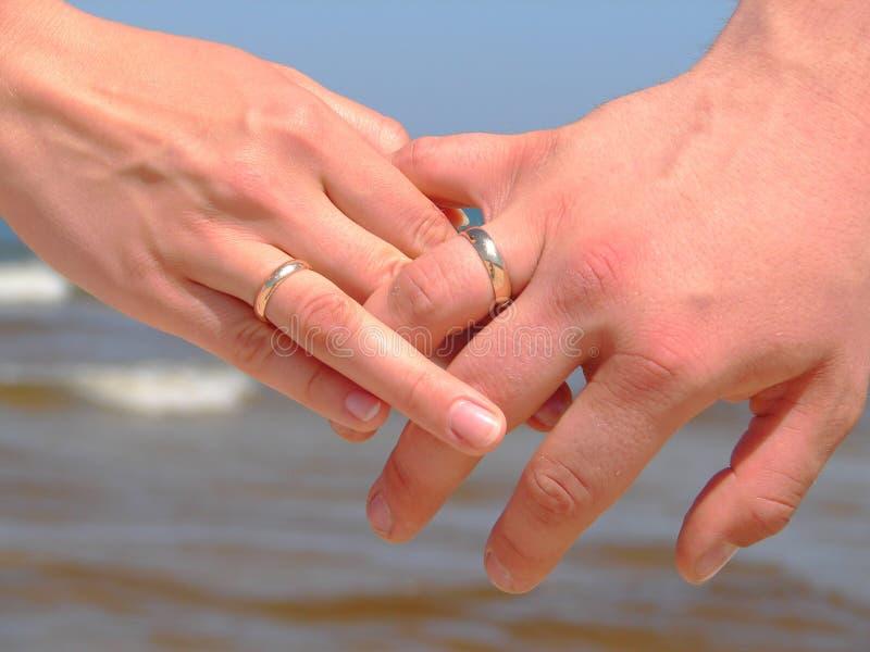 Mains de fixation avec des boucles de mariage photo libre de droits