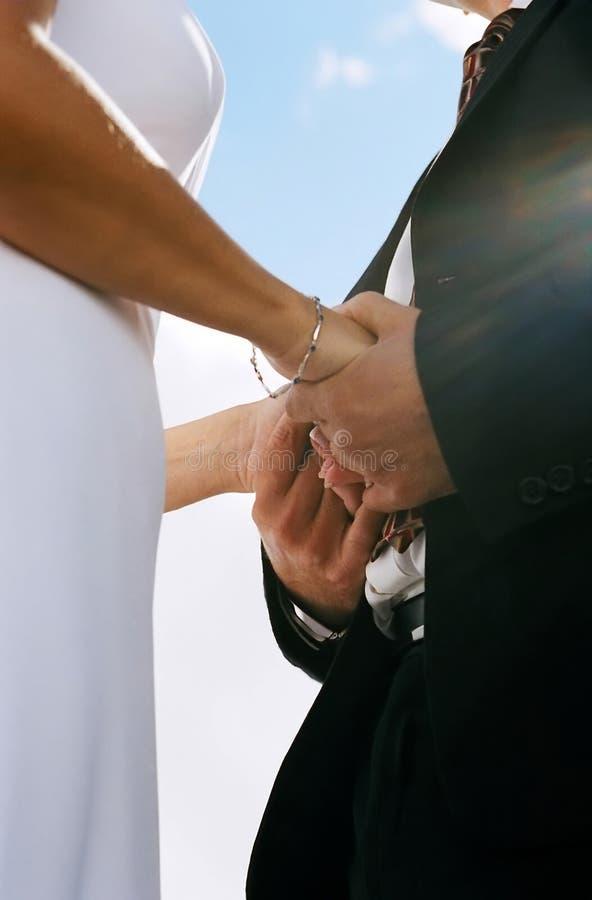 Mains de fixation de couples photo stock