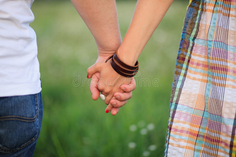 Mains de fixation de couples images libres de droits