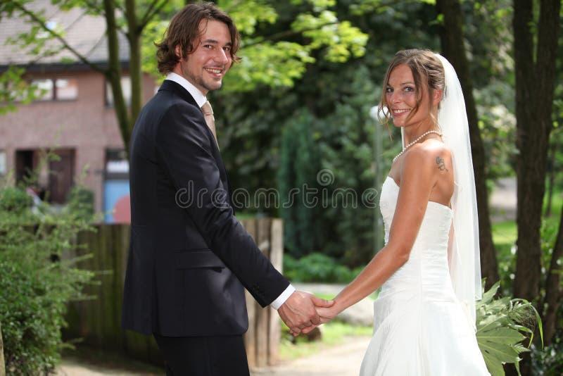 Mains de fixation de couples de mariage photo libre de droits