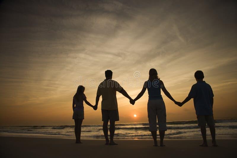 Mains de fixation de famille sur la plage photo libre de droits
