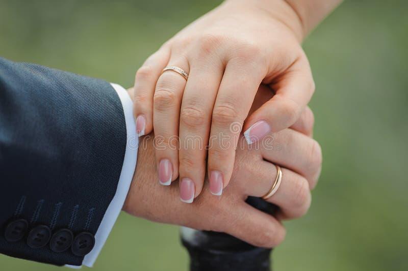 Mains de fixation de ménages mariés photographie stock libre de droits