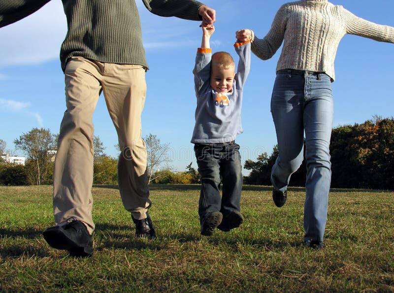 Mains de garçon et de parent images libres de droits