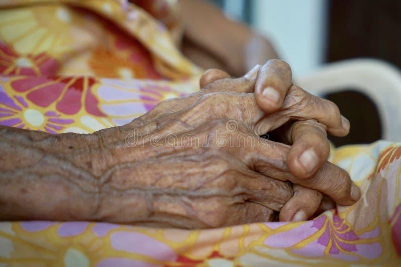 Mains de grand-mère images libres de droits