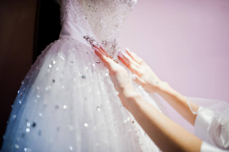 Mains de jeune belle jeune mariée photographie stock libre de droits