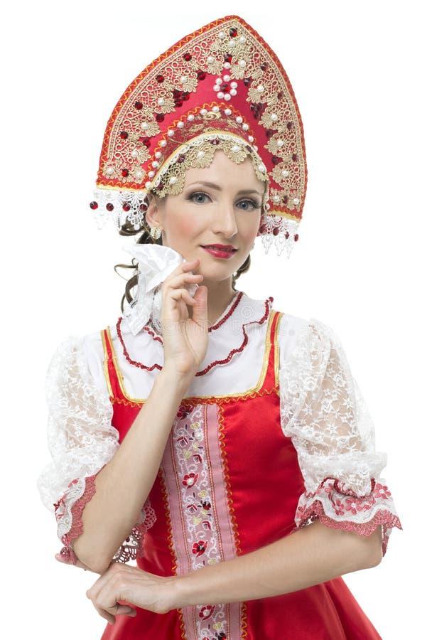Mains de jeune femme de sourire sur le portrait de hanches dans le costume traditionnel russe -- sarafan rouge et kokoshnik image stock