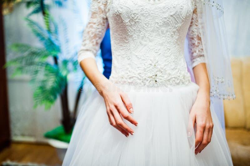 Mains de jeune jeune mariée mignonne photo stock