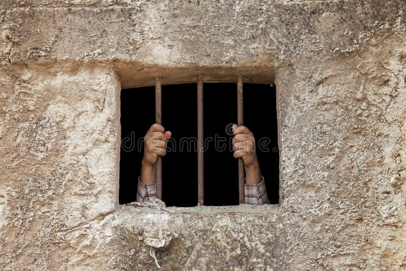 Mains de l'homme en prison image stock