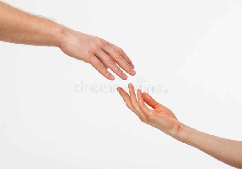 Mains de l'homme et de la femme atteignant entre eux image stock