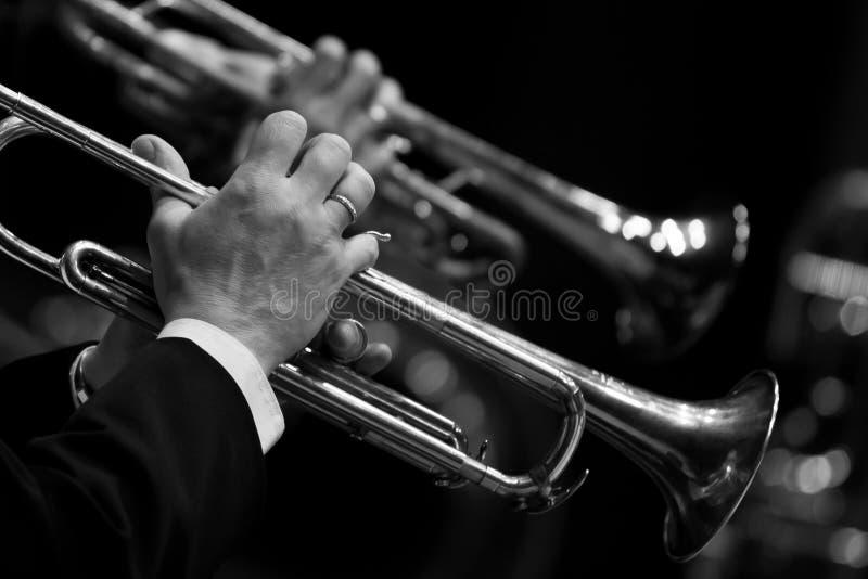 Mains de l'homme jouant la trompette images stock