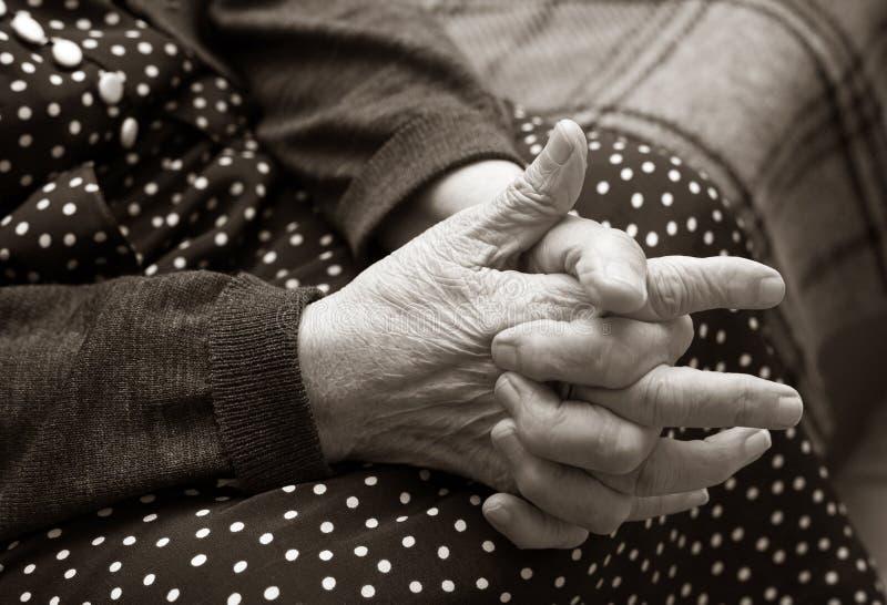 Mains de la femme âgée images stock