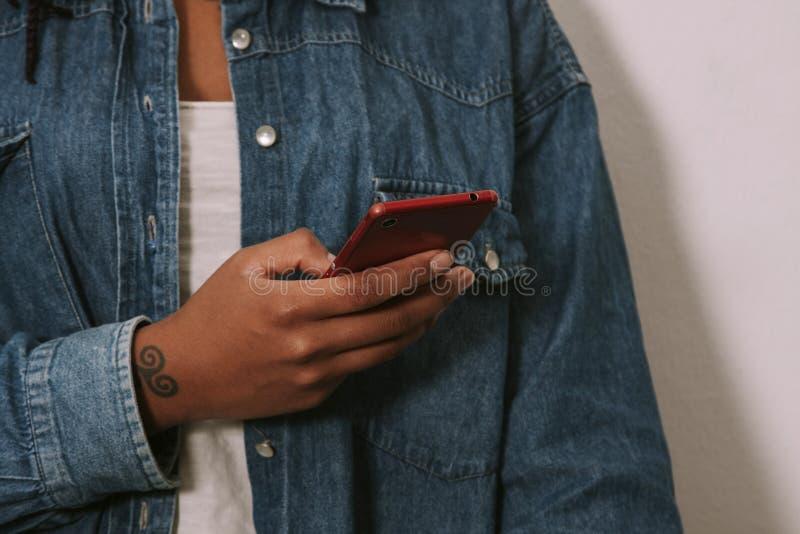 Mains de la fille avec le mobile de téléphone image stock