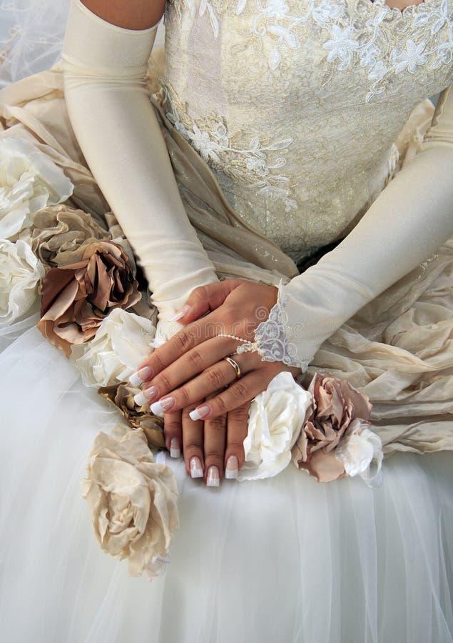 Mains de la mariée photos stock