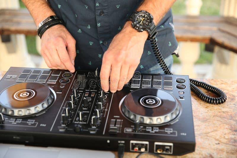 Mains de la musique de mélange du DJ photographie stock libre de droits