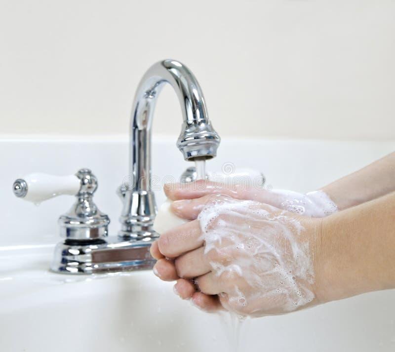 Mains de lavage image stock