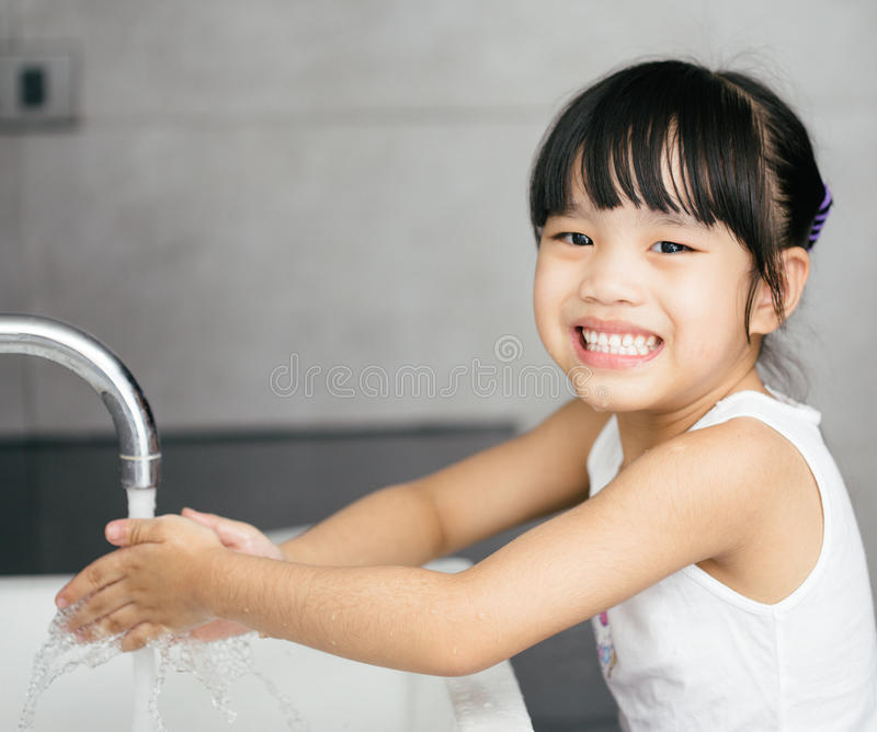 Mains de lavage d'enfant asiatique images stock