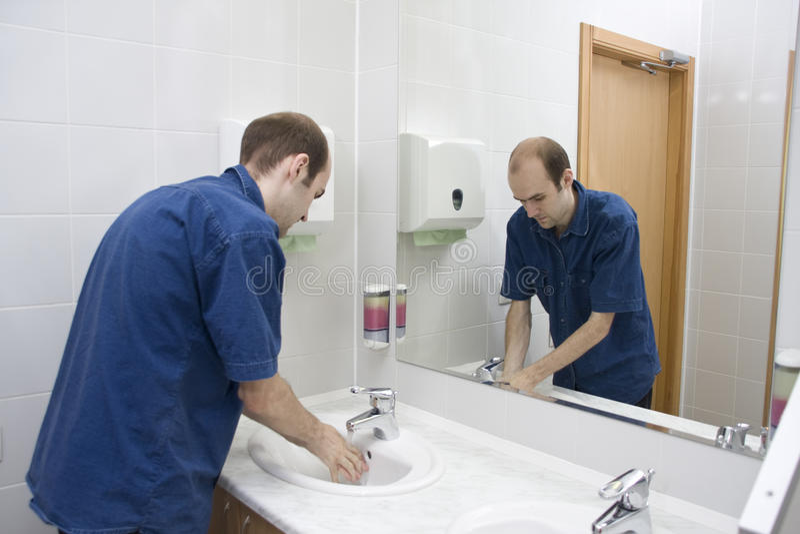 Mains de lavage d'homme images stock