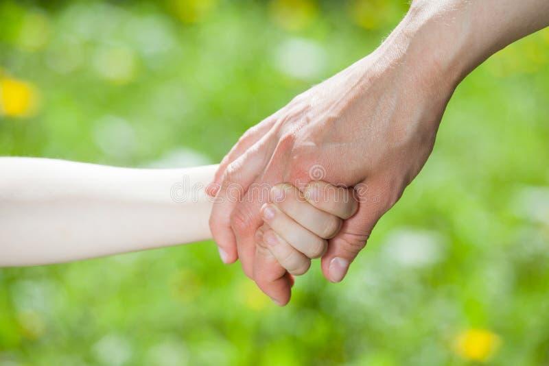 Mains de lier de parent et d'enfant image libre de droits