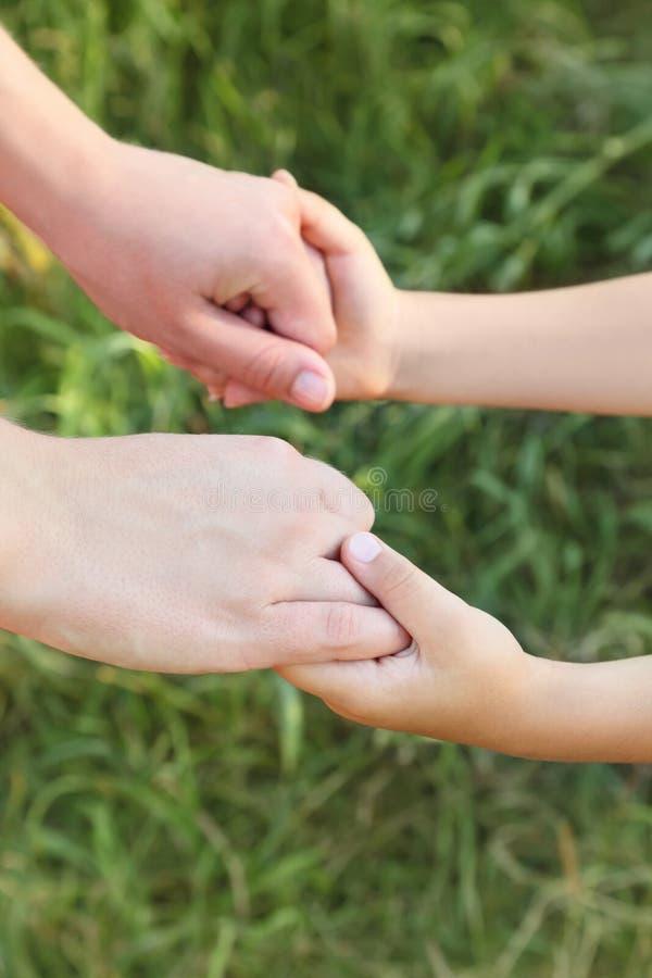 Mains de mère et de fils se retenant photo libre de droits