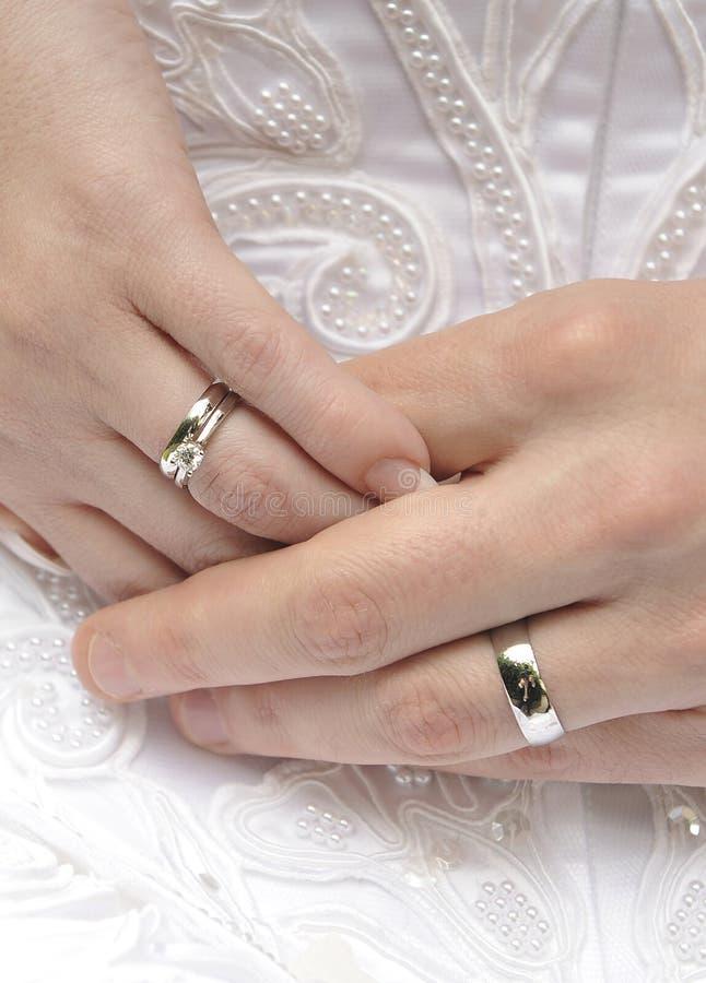 Mains avec des anneaux de mariage photographie stock libre de droits