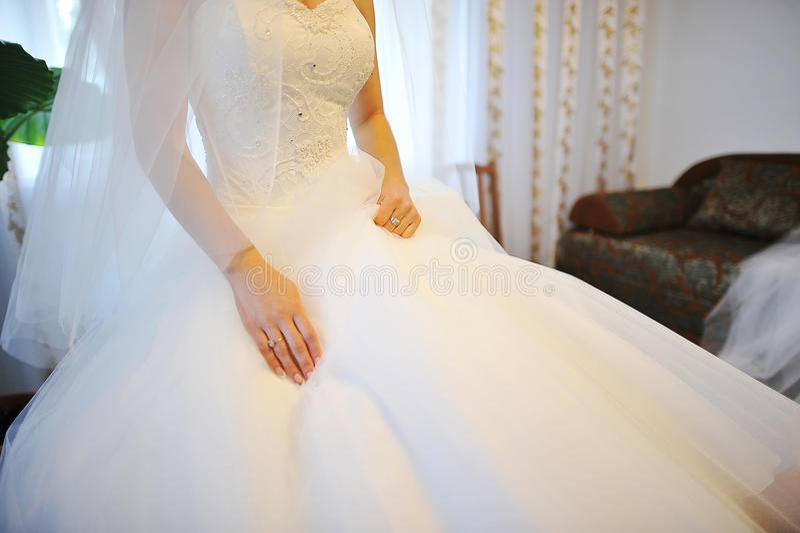 Mains de mariée photo stock
