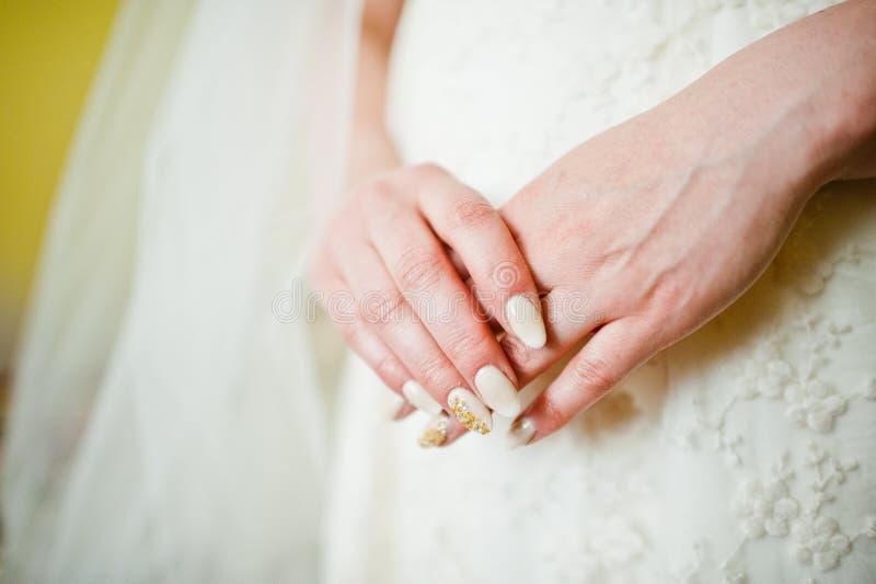Mains de mariée photo libre de droits